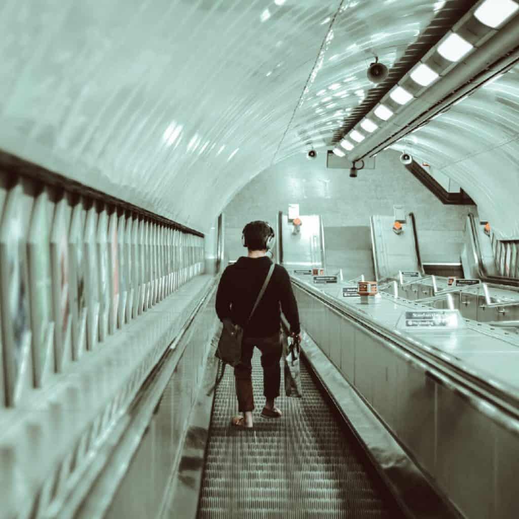 Man går i rulltrappa